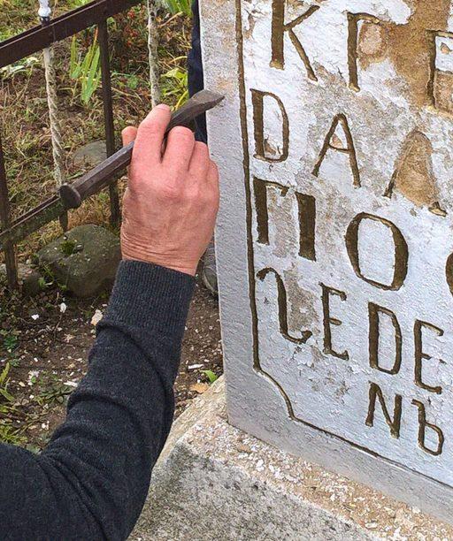 Chátrajúce pamiatky na východe Slovenska opravujú aj miestni obyvatelia. O technikách a materiáloch sa učia na remeselných kurzoch vedených odborníkmi