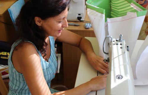 Ženy v núdzi šijú na východe Slovenska tašky z reklamných banerov, jedinečný produkt spája sociálnu aj ekologickú osvetu