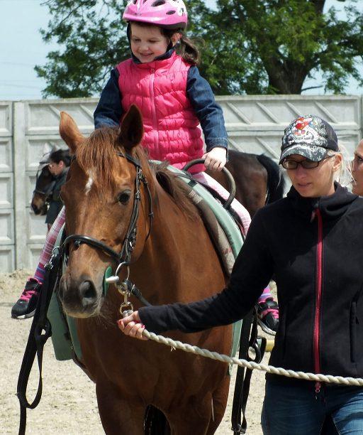 Kone, to nie je len jazdenie. Hodiny hipoterapie pomáhajú deťom zlepšovať zdravie a rozvíjať empatiu