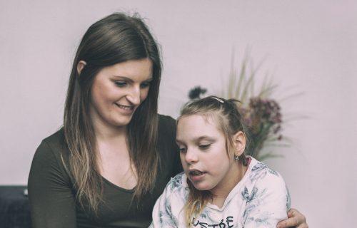 Vychovávať hendikepované dieťa je pre rodinu náročné zo všetkých stránok. Pozitívny prístup, optimizmus a úsmev sú však často najúčinnejším liekom
