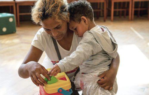 """Navštevujú rodiny v osadách a vzdelávajú rómske deti. """"Starostlivosť o malé deti je pre každú matku citlivá téma,"""" hovorí mentorka projektu Cesta von"""