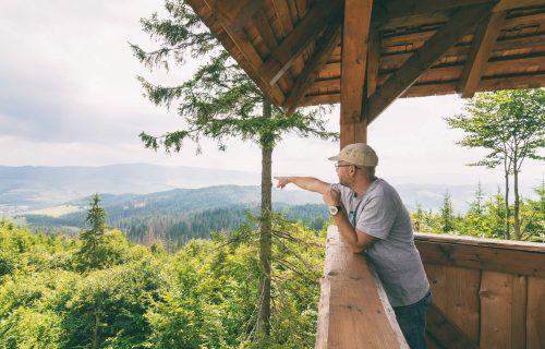Na Orave sa spojili nadšenci turistiky a vybudovali rozhľadňu. Spája krásne výhľady s tradičnou miestnou architektúrou