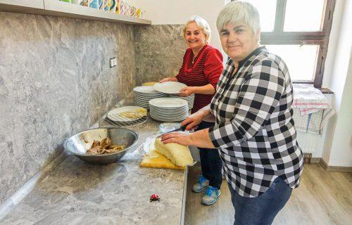 V obci na Orave vytvorili priestor, ktorý spája generácie. Seniori učia mladých variť, mladí im vysvetľujú anglické skratky a technológie