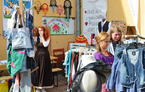 V Lučenci sa spojili ľudia, aby opäť navrátili život do centra mesta. Spoločne zveľaďujú Zlatú uličku a organizujú podujatia