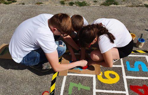 Farebnými hrami oživujú sivé sídliská. V Kysuckom Novom Meste si na chodníku zahráte aj šach