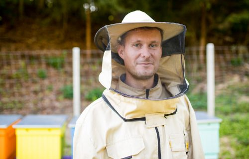 V dedine vybudovali včelnicu a včeliu školu. Ukazujú, ako sa dá vzťah k včelárstvu budovať už odmalička