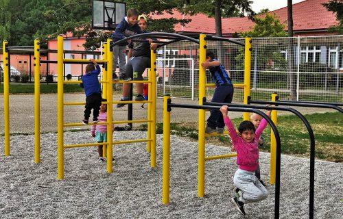 Deti v Centre pre deti a rodiny Kolárovo si samy vybrali, ako bude vyzerať ich ihrisko, a pomáhali ho stavať